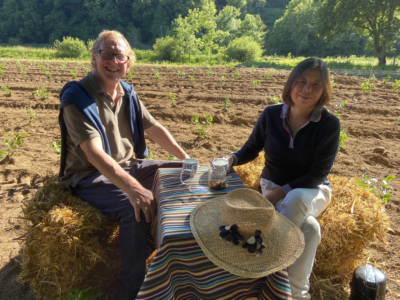 Denis et Weizi dans leur jardin de thé Breton